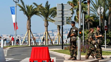 Des militaires français patrouillent sur le site de l'attentat de Nice sur Promenade des Anglais