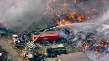 Une usine de recyclage dévorée par les flammes à Melbourne (IMAGES AERIENNES)