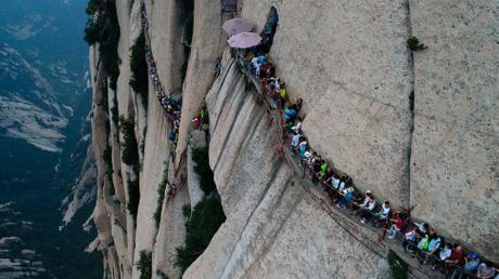 En Chine, un drone filme l'un des chemins de randonnée les plus dangereux du monde (VIDEO)