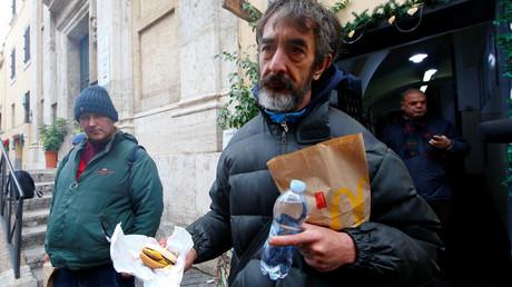 Un homme bénéficie d'une distribution de hamburgers par une organisation caritative à Rome en janvier 2017, photo ©Tony Gentile/Reuters