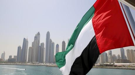 Drapeau des Emirats arabes unis flottant au large de Dubaï