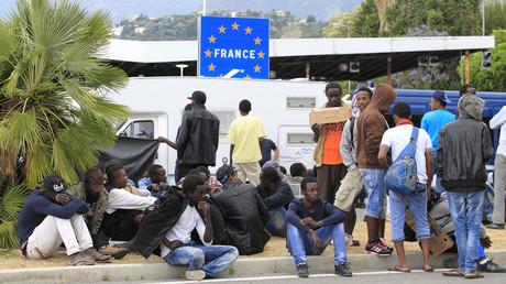 Migrants à la frontière franco-italienne en 2015, illustration ©JEAN-CHRISTOPHE MAGNENET / AFP
