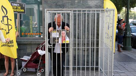 Le directeur de la section belge francophone d'Amnesty International Philippe Hensmans près de l'ambassade de Turquie à Bruxelles, le 10 juillet 2017