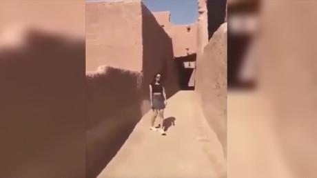 La jeune femme en minijupe à Ushaiqer