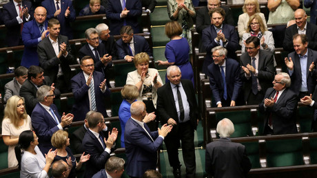 Jaroslaw Kaczynski, leader du parti Droit et justice, applaudi par les députés en juillet 2017