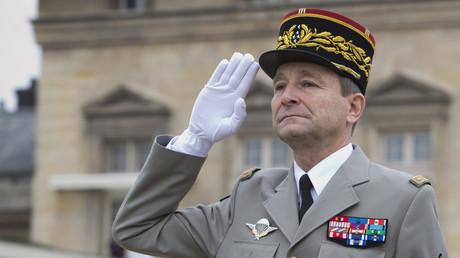 Le général Pierre de Villiers devant l'Ecole militaire de Paris le 22 janvier 2016.