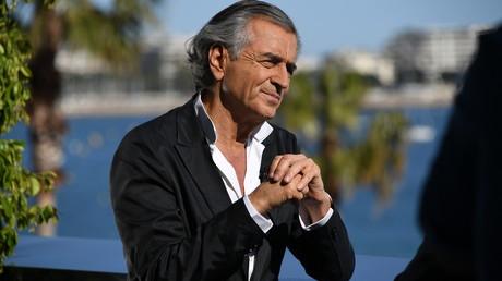 Invité à l'Elysée, Bernard-Henri Lévy regarde son dernier documentaire avec Emmanuel Macron