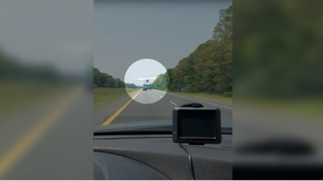 Quand un avion atterrit au beau milieu des voitures sur une autoroute aux Etats-Unis  (VIDEO CHOC)