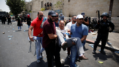 Illustration : un homme palestinien blessé est porté par la foule à Jérusalem-est