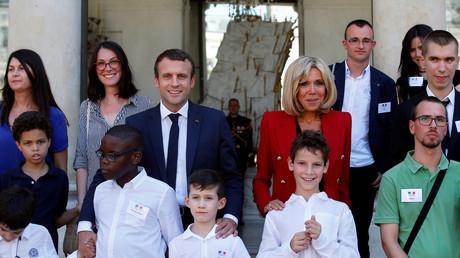 Emmanuel et Brigitte Macron recevant des enfants autistes à l'Elysée