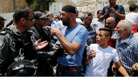 Un manifestant palestinien face à un membre des forces de l'ordre israéliennes le 17 juillet (image d'illustration)
