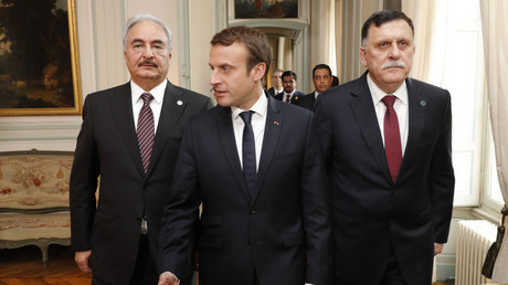 Emmanuel Macron, avec le général Khalifa Haftar (gauche) et Fayez al-Sarraj (droite), photo ©PHILIPPE WOJAZER / POOL / AFP