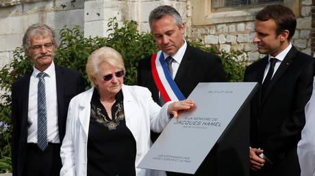 Emmanuel Macron et Roselyne Hamel, inaugurent la stèle en mémoire du père Jacques Hamel