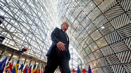 Jean-Claude Juncker marchant dans le hall de la Commission européenne à Bruxelles