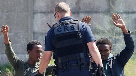 Calais : HRW accuse la police d'usage excessif de gaz au poivre sur les migrants, le préfet dément