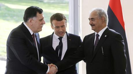 Le Premier ministre du gouvernement de Tripoli Fayez al-Sarraj serre la main du maréchal Khalifa Haftar après la rencontre organisée par Emmanuel Macron à la Celle-Saint-Cloud le 25 juillet 2017.