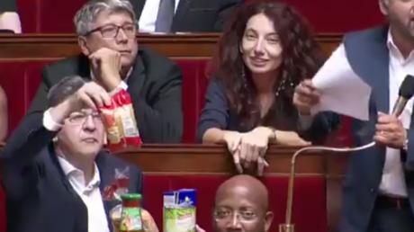 A l'Assemblée, Mélenchon, sa conserve de haricots et son sachet de pâtes dénoncent la baisse des APL