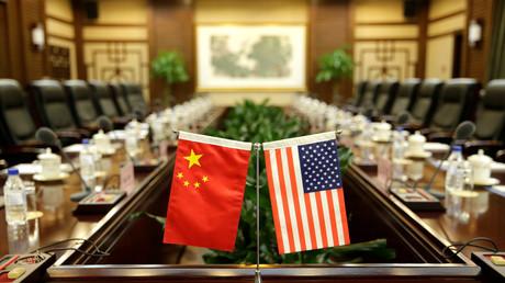 Drapeaux américain et chinois sur une table lors d'une rencontre diplomatique