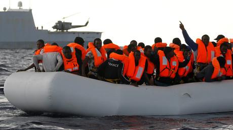 Des migrants et un navire de la marine italienne en janvier 2017, illustration ©Yannis Behrakis