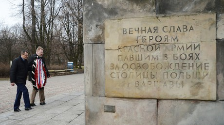 Une gerbe est déposée près d'un monument à l'Armée rouge en Varsovie
