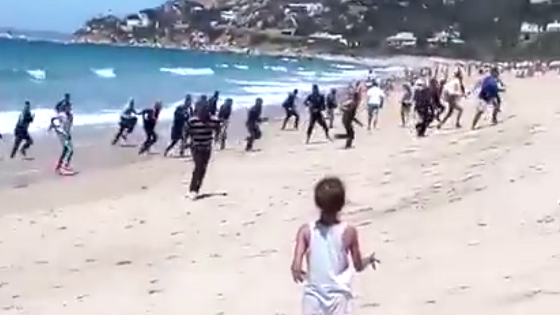 In Spain, migrants land on a beach to the surprise of swimmers (VIDEO)