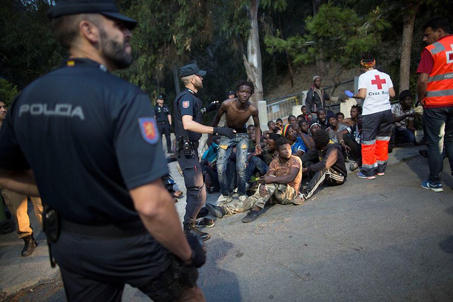 Le passage en force de migrants à la frontière espagnole fait des dizaines de blessés (VIDEO)