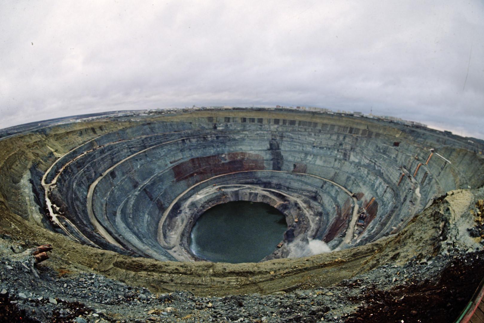 Evacuation d'une mine de diamants inondée en Sibérie, neuf disparus