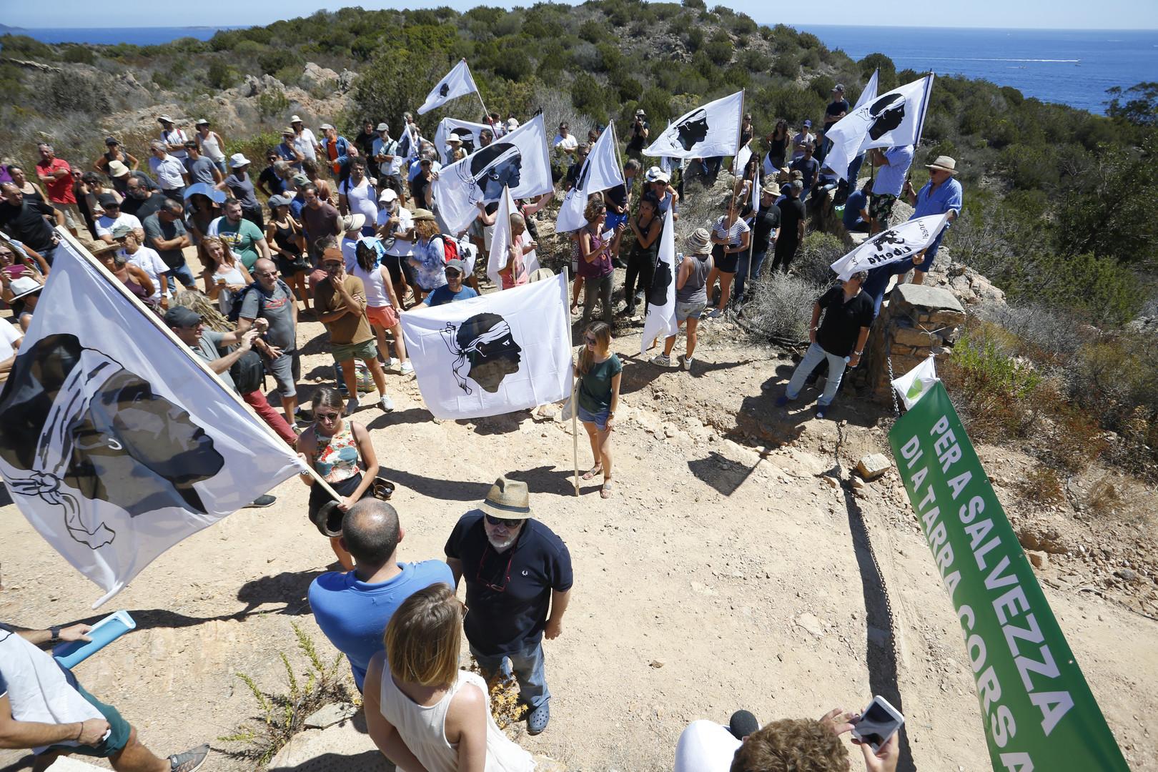 «Une injure à tous les Corses» : rassemblement pour la démolition de villas d'un proche de Macron