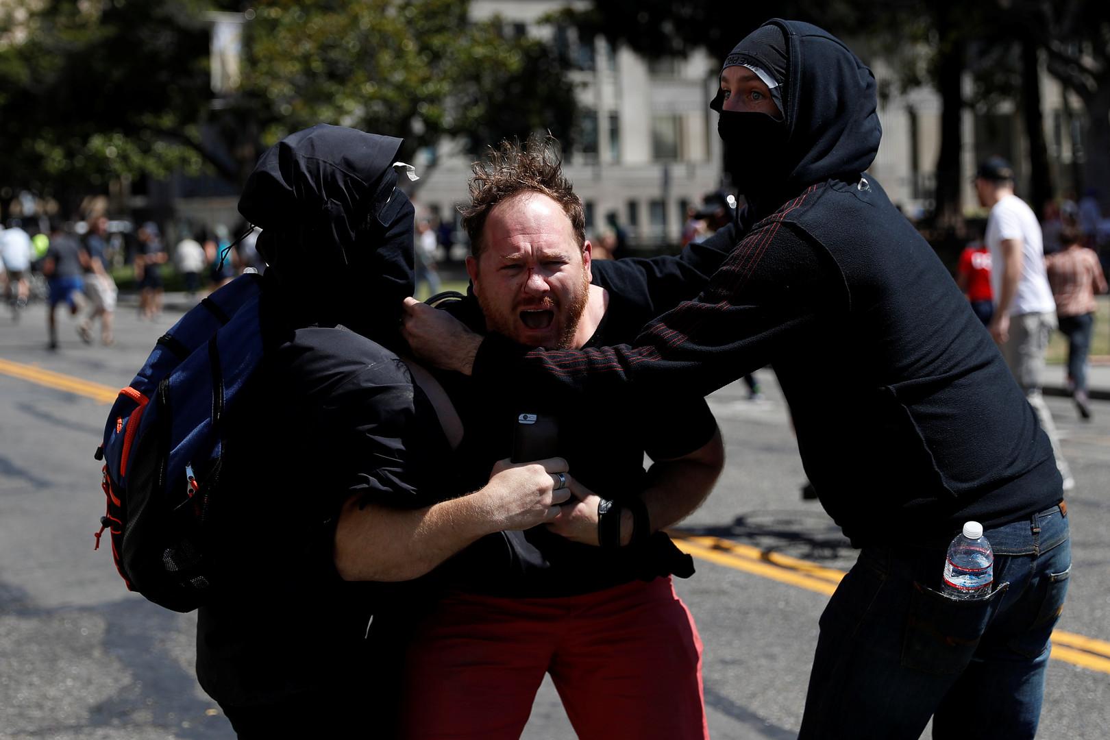 Berkeley : des centaines d'antifas attaquent des partisans de Trump et des journalistes (IMAGES)