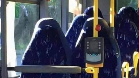 Sièges de bus ou burqas ? Des identitaires norvégiens se font troller et deviennent la risée du web