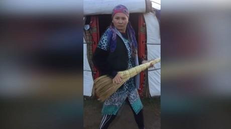 Une Kirghize danse pour protester contre les mariages forcés dans son pays