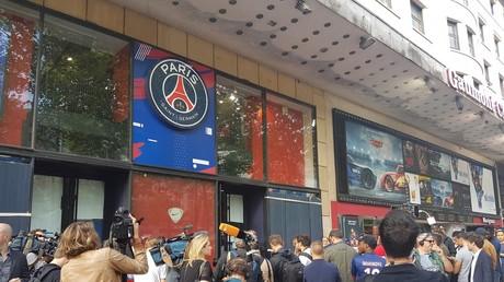 Les fans du PSG, massés devant la boutique du club dans l'espoir d'obtenir un maillot de Neymar