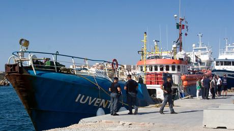 Policiers italiens autour du navire Juventa à Lampedusa
