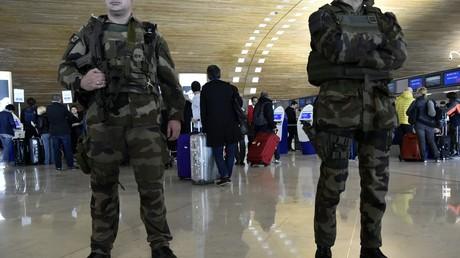 Soldats français en patrouille à l'aéroport Charles de Gaulle