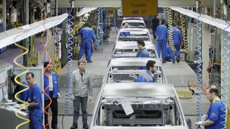 Des ouvriers iraniens et français travaillant sur des Renault Logan