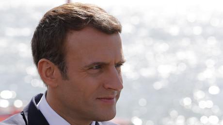 Le management du président Macron, adepte du texto de jour comme de nuit