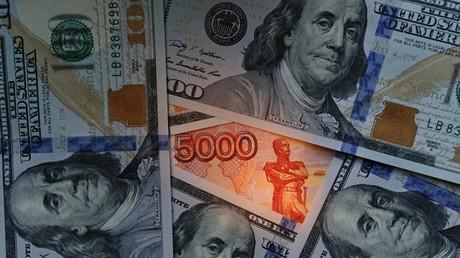 Des billets de dollar et de rouble