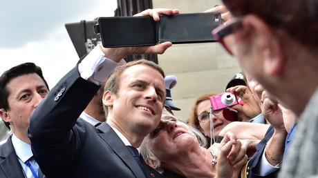 Emmanuel Macron prenant un selfie le 14 juillet