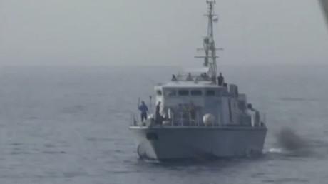 Un garde-côte libyen menace de tirer sur le navire d'une ONG de sauvetage de migrants (VIDEO)