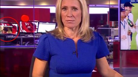 Un employé de la BBC surpris en train de regarder un strip-tease en plein journal télévisé (VIDEO)