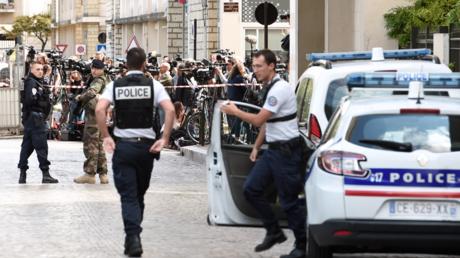 Illustration : policiers et journalistes rassemblés près du lieu de l'attaque, place de Verdun à Levallois-Perret, le 9 août 2017