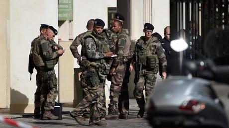 Des militaires réunis devant le lieu de l'attaque contre six soldats de l'opération Sentinelle à Levallois-Perret le 9 août 2017.