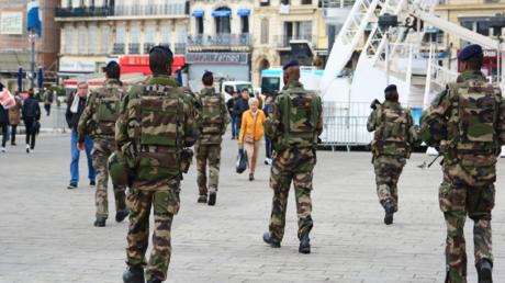 Des soldats de l'opération sentinelle en patrouille