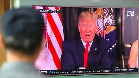 Un homme à Séoul regarde le discours de Donald Trump à l'encontre de la Corée du Nord à la télévision.