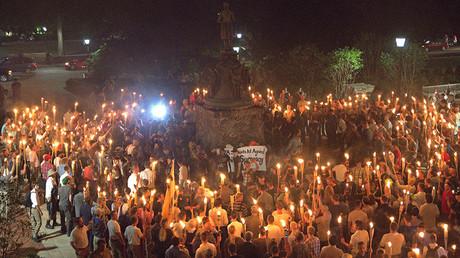 Des suprémacistes blancs brandissent des torches autour d'une statue de Thomas Jefferson sur le campus de l'Université de Virginie, à Charlottesville, en Virginie le 11 août 2017.