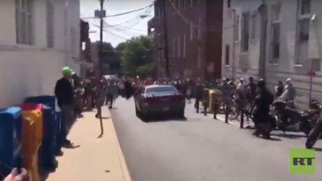 La voiture chargeant la foule de contre-manifestants à Charlottesville.
