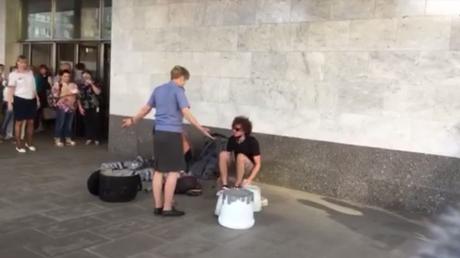 Moscou : des spectateurs chassent une employée du métro empêchant des musiciens de jouer