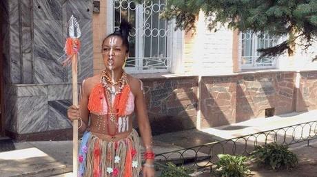 Ukraine : convoquée à la police, une activiste de Femen se présente dans un costume tribal