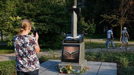 Un monument controversé installé à Kiev avec une épée perçant la Russie… et un personnage de Diablo