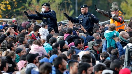 Des policiers autrichiens submergés par un afflux massif de migrants à la frontière avec la Slovénie en 2015 (illustration)